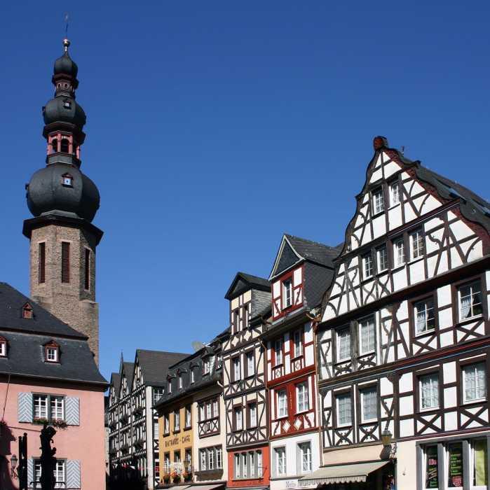Reiseleiter Sandor erklärt den Gästen die Aussicht auf Rüdesheim